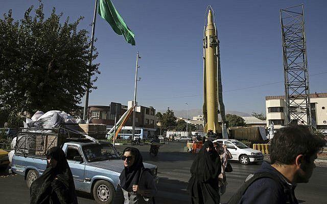 Los iraníes pasan frente a un misil Ghadr-F en el centro de Teherán, Irán, 25 de septiembre de 2016. (AP / Vahid Salemi, Archivo)