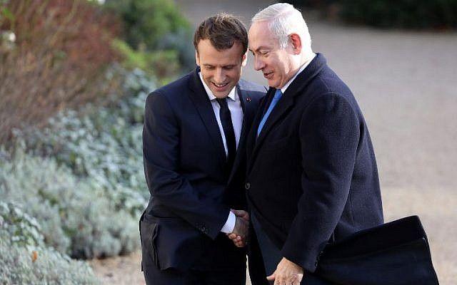 El presidente francés Emmanuel Macron (L) estrecha la mano del primer ministro israelí Benjamin Netanyahu a su llegada al Palacio del Elíseo el 10 de diciembre de 2017 en París. (AFP PHOTO / ludovic MARIN)