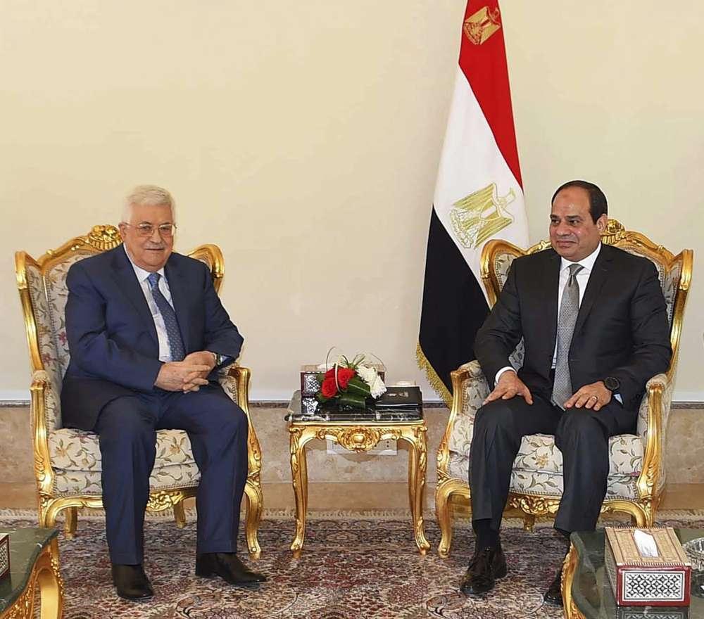 En esta foto del 17 de enero de 2018, proporcionada por la agencia de noticias estatal de Egipto, MENA, el presidente de la Autoridad Palestina, Mahmoud Abbas, a la izquierda, se reúne con el presidente egipcio Abdel-Fattah el-Sissi, en El Cairo, Egipto.(MENA vía AP)