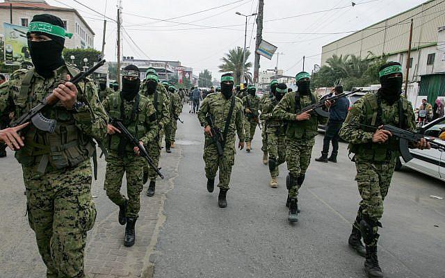 Miembros de las Brigadas Ezzedine al-Qassam, el ala militar del movimiento islamista Hamas, participan en una manifestación en Khan Younis en el sur de la Franja de Gaza, el 5 de diciembre de 2017. (Abed Rahim Khatib / Flash 90)