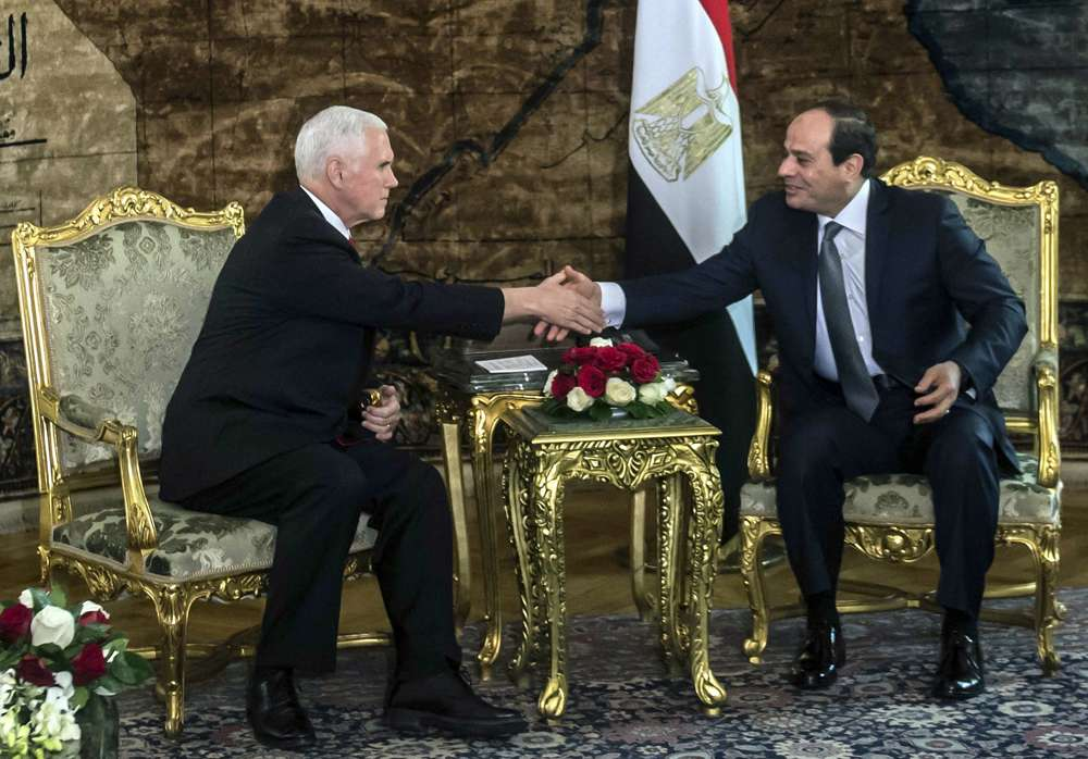 Vicepresidente de Estados Unidos Mike Pence comenzó su gira por Oriente Medio en Egipto