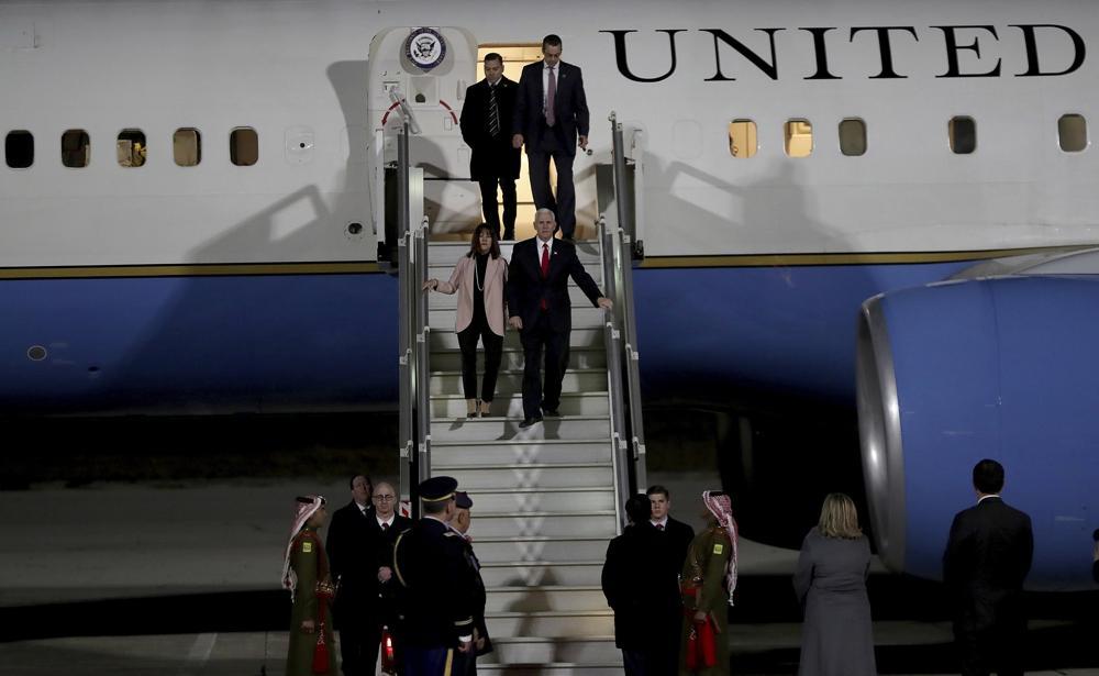 El vicepresidente estadounidense Mike Pence y su esposa Karen desembarcan del avión a su llegada al aeropuerto militar de Amman, en Jordania, el sábado 20 de enero de 2018. (AP Photo / Raad Adayleh)