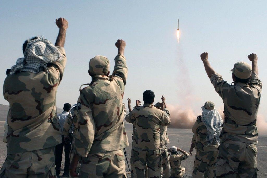 Miembros de la Guardia Revolucionaria Iraní celebran después del lanzamiento de un misil en julio de 2012 (AP / IRNA, Mostafa Qotbi)