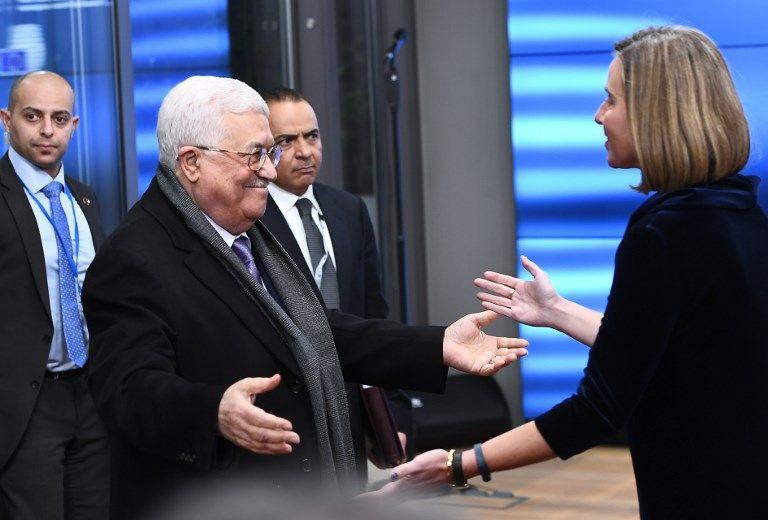 El presidente de la Autoridad Palestina, Mahmoud Abbas (izq.) recibe la bienvenida de Federica Mogherini, jefe de política exterior de la UE, antes de asistir a un consejo de asuntos exteriores de la UE en el Consejo Europeo de Bruselas, 22 de enero de 2018. (EMMANUEL DUNAND / AFP)