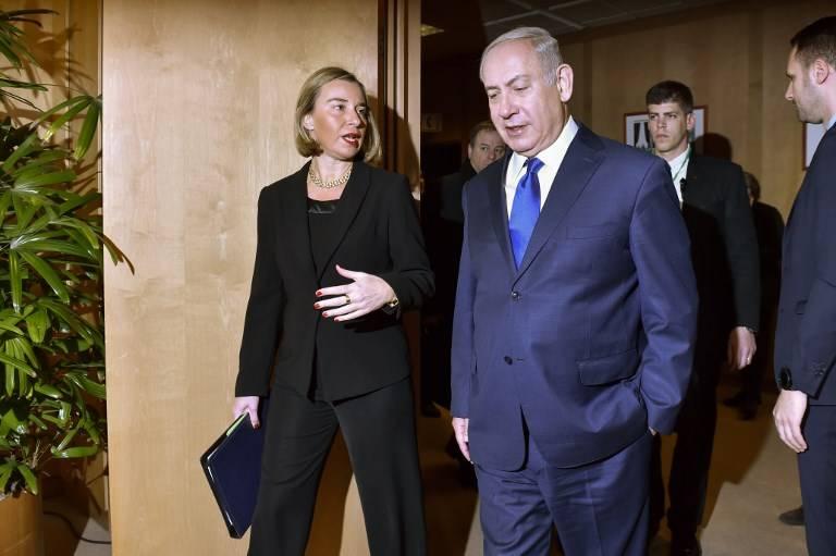 El jefe de política exterior de la UE, Federica Mogherini, habla con el primer ministro Benjamin Netanyahu cuando llega a su reunión en el Consejo Europeo de Bruselas el 11 de diciembre de 2017. (AFP Photo / Pool / Eric Vidal)