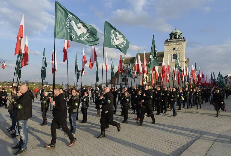 Esta foto de archivo tomada el 29 de abril de 2017 muestra a los miembros del grupo de extrema derecha, el National-Radical Camp, que conmemora el 83 aniversario de su organización, en Varsovia, Polonia. (AP / Czarek Sokolowski)