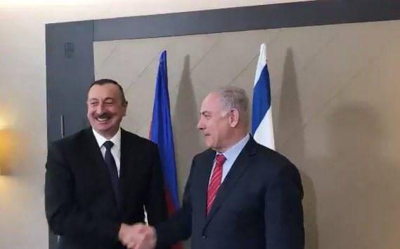 El primer ministro Benjamin Netanyahu (R) estrecha la mano del presidente de Azerbaiyán, Ilham Aliyev, en el Foro Económico Mundial en Davos, Suiza, el 24 de enero de 2018. (Jacob Magid / Times of Israel)