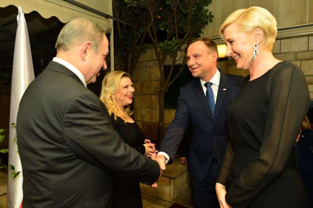 El primer ministro Benjamin Netanyahu (izquierda) y su esposa, Sara, reciben al presidente polaco Andrzej Duda (segundo por la derecha) y su esposa, Agata Kornhauser, en la residencia del presidente en Jerusalem el 18 de enero de 2017. (Kobi Gideon / GPO)