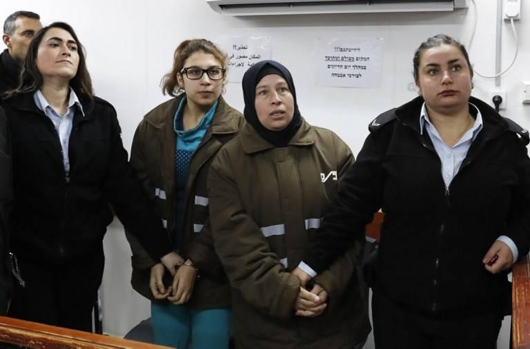 Nour Tamimi (2L) y su tía Nariman Tamimi (2R) asisten a una audiencia en el tribunal militar de Ofer el 1 de enero de 2018. (AFP Photo / Ahmad Gharabli)