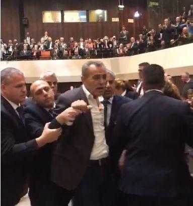 MK Jamal Zahalka sale del pleno durante los enfrentamientos con los guardias de seguridad