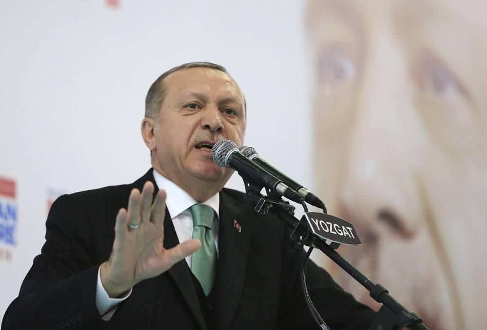 El presidente de Turquía, Recep Tayyip Erdogan, habla con los partidarios de su partido gobernante Justicia y Desarrollo en un mitin en Yozgat, Turquía, el 14 de enero de 2018. (Pool Photo via AP)
