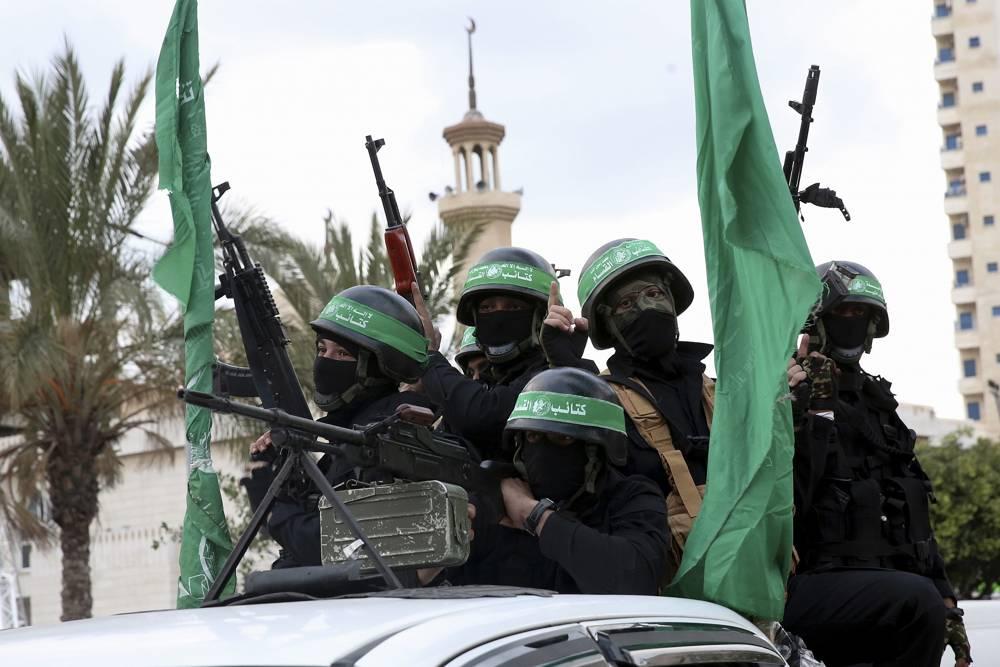 Terroristas de las Brigadas Izz ad-Din al-Qassam, un ala militar del grupo terrorista Hamas, montan vehículos mientras conmemoran el 30 aniversario de su grupo, en la ciudad de Gaza, el 13 de diciembre de 2017. (AP Photo / Adel Hana)