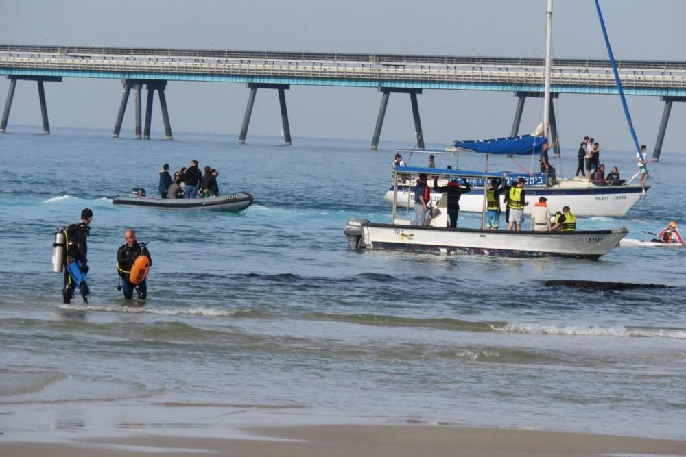 Buscando tiburones en Hadera, Israel. Moshe Gilad
