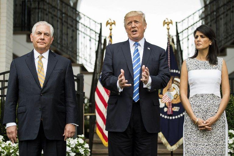El presidente estadounidense, Donald Trump, habla a la prensa con el secretario de Estado de los EE.UU. Rex Tillerson (L) y la embajadora ante las Naciones Unidas Nikki Haley (R) el 11 de agosto de 2017 en el Trump National Golf Club en Bedminster, Nueva Jersey. (AFP Photo / Jim Watson)