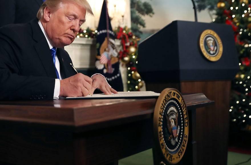 El presidente de los Estados Unidos, Donald Trump, firma una proclamación de que el gobierno de Estados Unidos reconoce formalmente a Jerusalem como la capital de Israel en la Casa Blanca en Washington, DC, el 6 de diciembre de 2017. (Chip Somodevilla / Getty Images vía JTA)