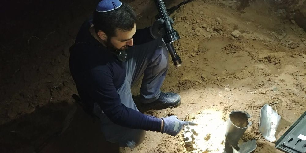 Un policía inspecciona un cohete que los terroristas dispararon en la región de Eshkol, en el sur de Israel, en la Franja de Gaza el 1 de enero de 2018. (Policía de Israel)