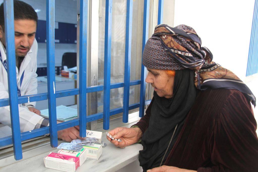 Una refugiada palestina que vive en Siria recibe medicamentos en una clínica de UNRWA. (Cortesía UNRWA / Taghrid Mohammad)