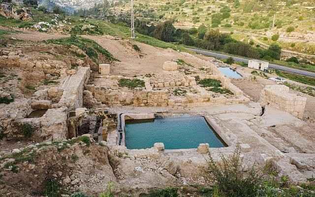 Piscinas de la era bizantina descubiertas en el sitio de Ein Hanya, cerca de Jerusalem, y reveladas al público el miércoles 31 de enero de 2018. (Assaf Peretz / Autoridad de Antigüedades de Israel)