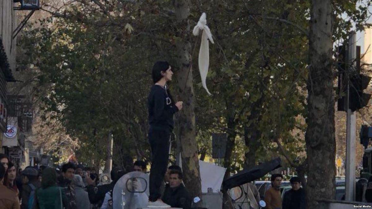 Una mujer se quitó el velo en plena protesta y se transformó en el símbolo de la lucha contra el régimen de Irán