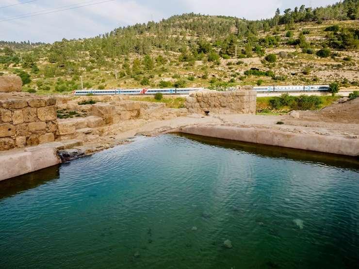 Una piscina de la era bizantina descubierto en el sitio de Ein Hanya, cerca deJerusalem, y revelado al público el 31 de enero de 2018. (Assaf Peretz /Autoridad de Antigüedades de Israel)