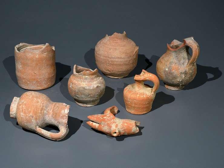 Las vasijas de alfarería usadas por los habitantes en el período bizantino encontradas en las excavaciones en Ein Hanya, cerca deJerusalem, y reveladas al público el 31 de enero de 2018. (Clara Amit /Autoridad de Antigüedades de Israel)