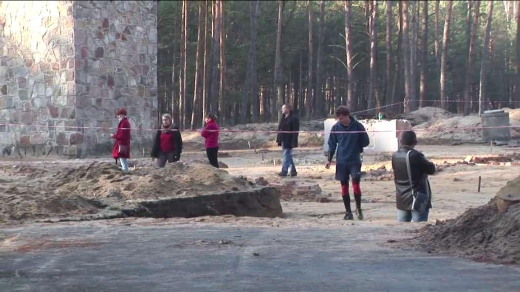 Visitantes del antiguo campo de exterminio nazi Sobibor, en el Este de Polonia, vagan por los restos de las cámaras de gas recientemente excavados el 11 de noviembre de 2014. (Crédito de la foto: Lena Klaudel)