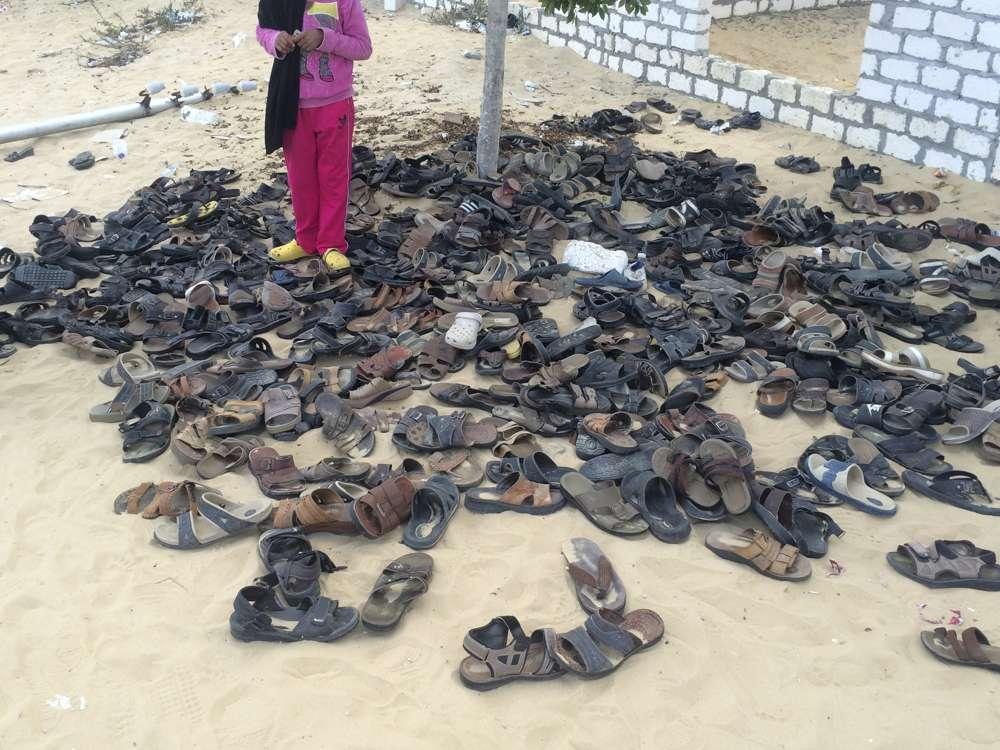 Los zapatos desechados de las víctimas permanecen fuera de la mezquita Al-Rawda en Bir al-Abd Northern Sinai, Egipto, un día después de que los yihadistas mataran a cientos, el 25 de noviembre de 2017. (AP Photo)