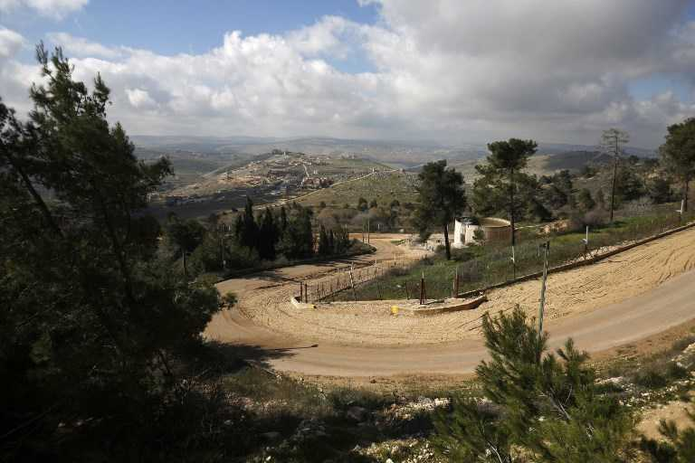 Una fotografía tomada desde la ciudad israelí de Yiftah el 30 de enero de 2018 muestra la cerca fronteriza entre Israel y el Líbano con el pueblo libanés del sur, Blida, en el fondo.(AFP / Jalaa Marey)