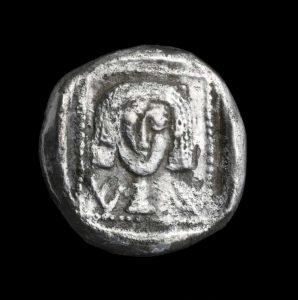 Una moneda de plata dracma griega del siglo IV AEC, descrita como una de las más antiguas, hallada en excavaciones en Ein Hanya, cerca deJerusalem, y revelada al público el 31 de enero de 2018. (Clara Amit /Autoridad de Antigüedades de Israel)