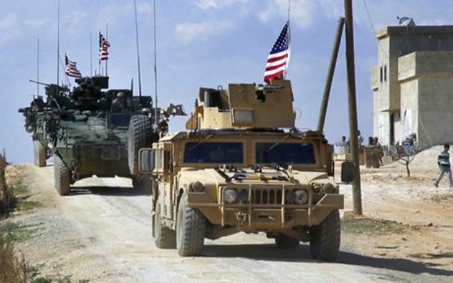 Este 7 de marzo de 2017, un video de la red árabe 24 muestra a las fuerzas estadounidenses patrullando en las afueras de la ciudad siria de Manbij, en la provincia de Aleppo, Siria. (Red árabe 24, a través de AP)