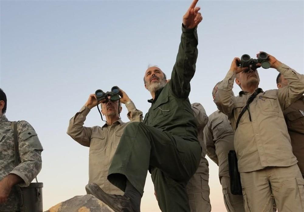 Esta foto de archivo del 20 de octubre de 2017, de los medios militares centrales sirios controlados por el gobierno, muestra al jefe del Estado Mayor del Ejército de Irán, mayor general Mohammad Bagheri, con binoculares, mientras visita a altos oficiales militares iraníes en la provincia norteña de Alepo. Siria (medios militares centrales sirios, a través de AP)