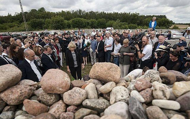 Judíos de Polonia y del extranjero se reúnen para conmemorar el 75 aniversario de una masacre de judíos en Jedwabne, Polonia, el domingo 10 de julio de 2016. (AP Photo / Michal Kosc)