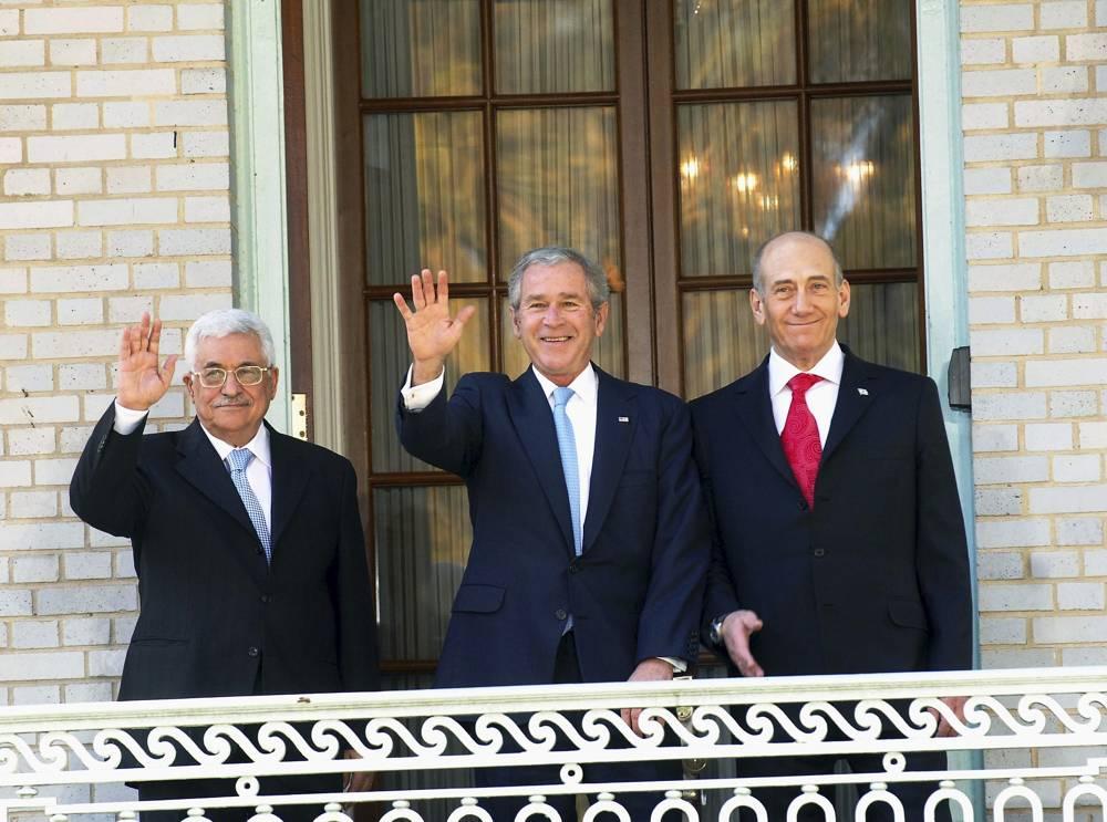 El presidente de la Autoridad Palestina Mahmoud Abbas, izquierda, el entonces presidente de los EE.UU., George Bush, y el ex primer ministro Ehud Olmert, en Annapolis, Maryland en 2007. (Cortesía de Ian Black)