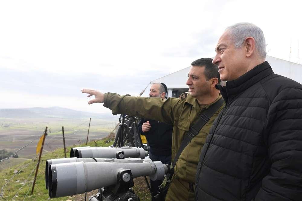 El primer ministro Benjamin Netanyahu dirige una visita del gabinete de seguridad a las instalaciones de las FDI en los Altos del Golán, el 6 de febrero de 2018. (Kobi Gideon / GPO)