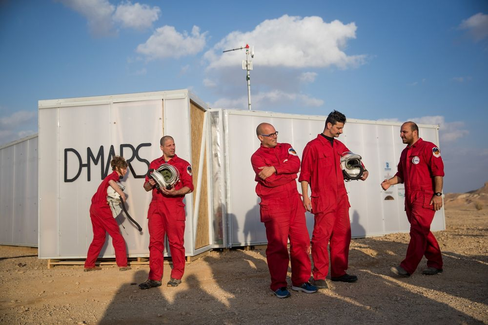 Científicos israelíes que participan en el proyecto D-MARS que simula la vida en Marte, en las afueras de Mitzpe Ramon, sur de Israel, el 18 de febrero de 2018. (Yonatan Sindel / Flash 90)