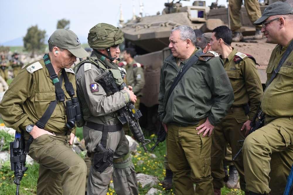 El Jefe de Estado Mayor de las FDI, Gadi Eisenkot, se reúne con el coronel Gal Shochami, jefe de la Brigada Acorazada 188, durante un gran ejercicio en el norte de Israel para simular la guerra en el Líbano el 20 de febrero de 2018. (Fuerzas de Defensa de Israel)