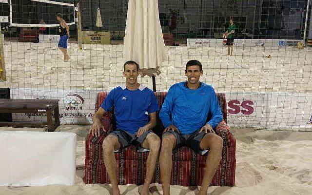 El dúo de voleibol playa israelí Sean Faiga y Ariel Hilman en el Abierto de Qatar en Doha, 4 de abril de 2016. (Cortesía: IVA en Facebook)