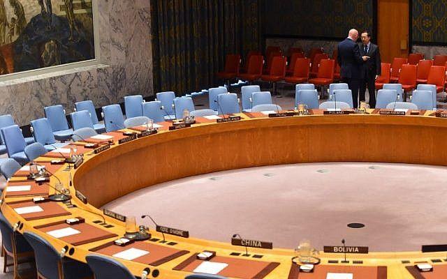 El embajador de Rusia en las Naciones Unidas, Vassily Nebenzia (L) y el embajador de China, fueron vistos antes del Consejo de Seguridad el 23 de febrero de 2018 sobre la violencia que envuelve al enclave sirio de Ghouta Oriental. (AFP PHOTO / TIMOTHY A. CLARY)