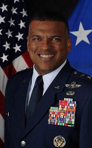 El teniente general Richard M. Clark, comandante de la Tercera Fuerza Aérea de los EE.UU. (Fuerza Aérea de los Estados Unidos)