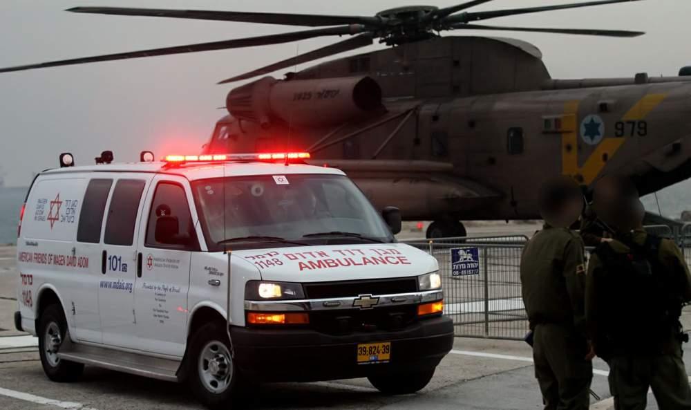 Evacuación de pilotos al hospital Rambam (Foto: Shai Vaknin / TPS)