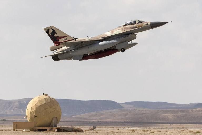 Un F-16C de la Fuerza Aérea israelí despega durante el ejercicio aéreo de la Bandera Azul en la base de la fuerza aérea de Ovda, al norte de la ciudad israelí de Eilat, el 8 de noviembre de 2017. (Jack Guez / AFP)