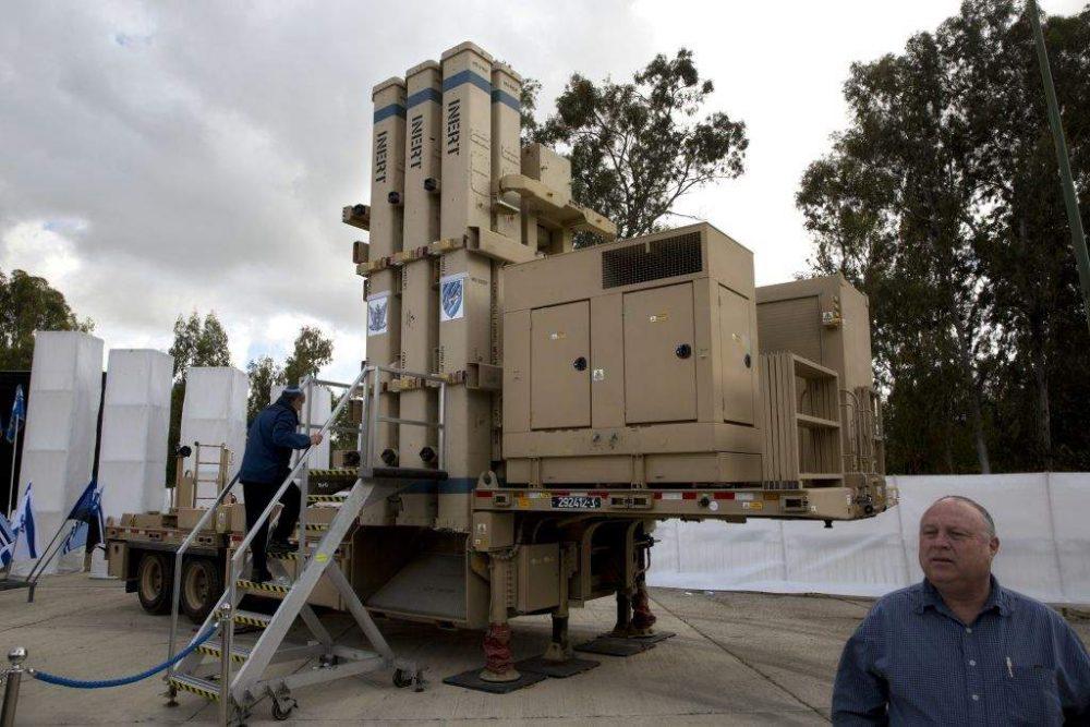 El sistema de defensa de misiles David Sling visto en la base aérea de Hatzor, Israel. Domingo, 2 de abril de 2017. (AP Photo / Sebastian Scheiner)