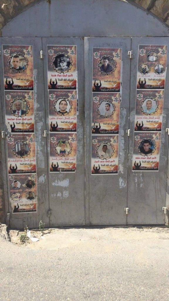Imágenes de terroristas publicadas en las calles de Ramallah. (Lilia Gaufberg)