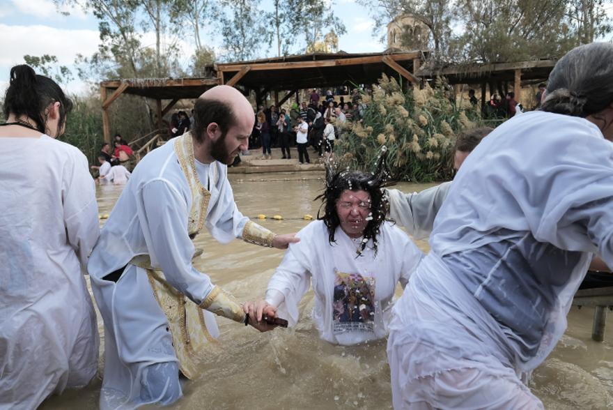 Los peregrinos cristianos ortodoxos se bañan en el río Jordán como parte de una tradicional ceremonia de bautismo en el lugar de Qasr al-Yahud. (Yaniv Nadav / Flash 90)