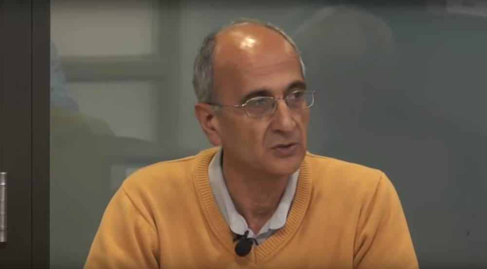 Kavous Seyed Emami, prominente ambientalista iraní-canadiense, da una conferencia en Irán en noviembre de 2017. (Captura de pantalla: YouTube)