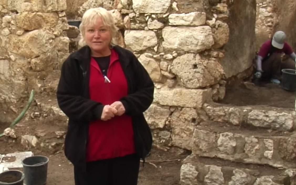 La arqueóloga Eilat Mazar en el invierno de 2018 Excavaciones de Ophel en Jerusalem. (Captura de pantalla de YouTube)