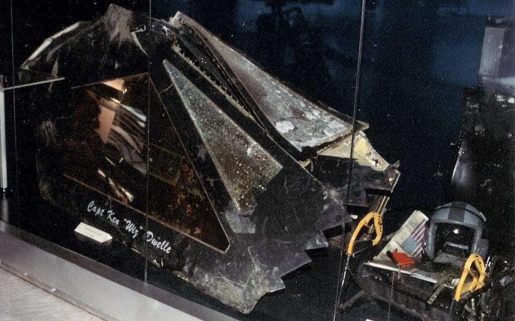 La cubierta del asiento eyectable, el casco del piloto y el equipo de supervivencia de un caza furtivo estadounidense F-117 Nighthawk que fue derribado por los militares serbios en la guerra de Kosovo el 27 de marzo de 1999. (Marko M / Wikimedia / CC BY-SA 3.0 )