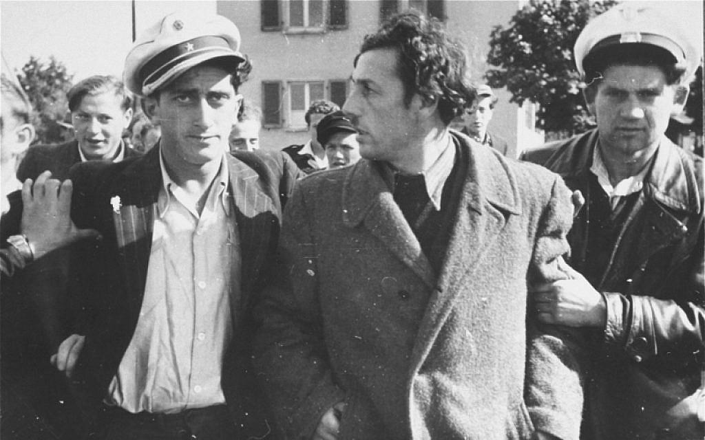 La policía judía detiene a un ex Kapo que fue reconocido en la calle en el campo de personas desplazadas de Zeilsheim en Alemania. (Museo en Memoria del Holocausto de los Estados Unidos, cortesía de Alice Lev)