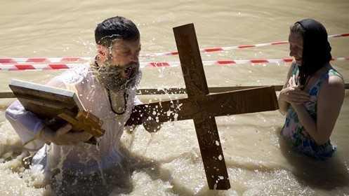 Los cristianos ortodoxos se sumergen en el río Jordán en una ceremonia de bautismo en Qasr al-Yahud cerca de la ciudad cisjordana de Jericó, el 31 de marzo de 2010. (AP / Ariel Schalit, archivo)