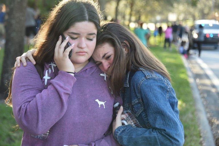 Los estudiantes reaccionan después de un tiroteo en Marjory Stoneman Douglas High School en Parkland, Florida, una ciudad a unas 50 millas (80 kilómetros) al norte de Miami el 14 de febrero de 2018. (AFP PHOTO / Michele Eve Sandberg)